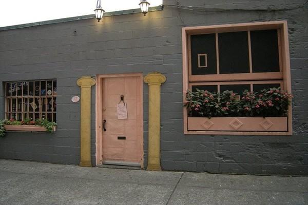 the-pink-door-seattle-exterior-2
